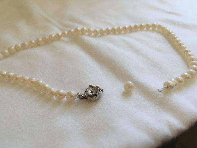 真珠のネックレスが切れてしまった。
