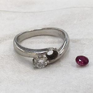 石が外れてしまったリングの石留め修理の事例